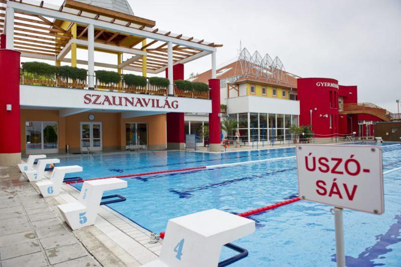 Mórahalom, 2011. július 29. A felújított és kibõvített szaunavilág és gyemekfürdõ, elõtte a 33 méteres úszómedence a Szent Erzsébet Mórahalmi Gyógyfürdõben. A 2010-ben átadott, EU-s támogatással megvalósult bõvítésnek köszönhetõn, több mint 70 százalékkal növekedett az elõzõ évhez képest a gyógyfürdõ forgalma, közölte Nógrádi Zoltán (Fidesz) polgármester a beruházás eredményeirõl tartott tájékoztatón. A mórahalmi önkormányzat a Dél-alföldi Operatív Program keretében 440 millió forint EU-s támogatásban részesült, a fürdõ felújításának összköltsége 880 millió forint volt. MTI Fotó: Rosta Tibor